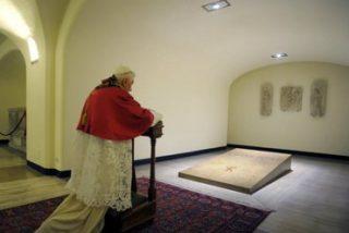 """Benedicto XVI: """"Los cementerios son una asamblea donde los vivos se encuentran con sus difuntos"""""""