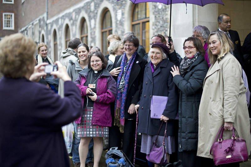 Iglesia de Inglaterra espera reanudar procedimiento para ordenar mujeres