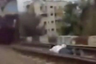 Un descerebrado se juega la vida al tumbarse en la vía al paso del tren