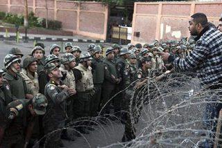 """El Ejército egipcio advierte al islamista Morsi que """"protegerá a los ciudadanos inocentes"""""""