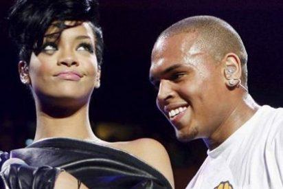 Rihanna y Chris Brown, juntos y enamorados en un partido de baloncesto
