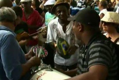 Cientos de músicos de samba abarrotan los trenes en Río de Janeiro