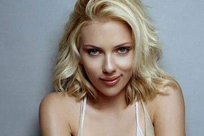 Vídeo: El atrevido escote de Scarlett Johansson para firmar autógrafos