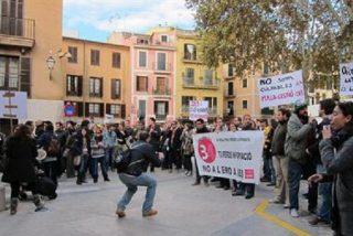 Trabajadores de IB3 protestan frente al Consolat de Mar tras el anuncio del ERE