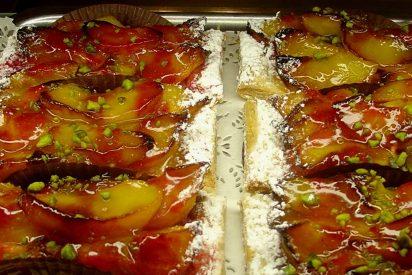 Un postre sensacional: tarta de piñones, almendras, melocotón y canela