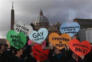 Protestas en la plaza de San Pedro contra la postura de la Iglesia ante los gays