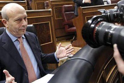 """El ministro Wert """"pierde los papeles"""" y el iPad en el Congreso de los Diputados"""