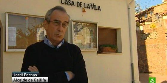 Un alcalde separatista catalán se burla de la ley con una minibandera española en la fachada