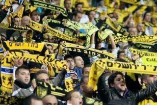 Hinchas israelíes protestan contra el fichaje de dos futbolistas musulmanes