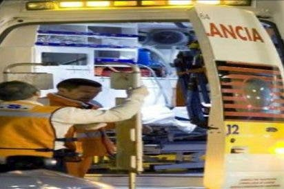 El conductor de un Mercedes le aplasta las piernas a un motorista tras una discusión