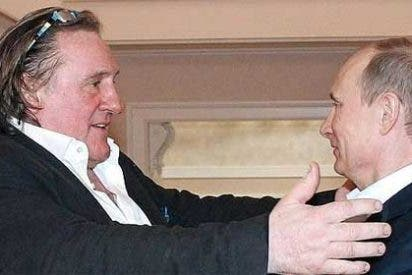Putin entrega a Gerard Depardieu su pasaporte ruso
