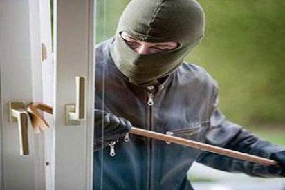 Tres atracadores asaltan con unas tijeras una casa de Cas Català y amordazan a su dueña
