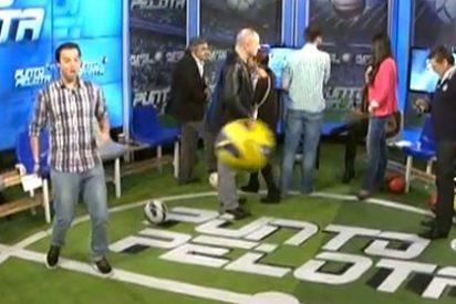 Petón rompe una televisión de un balonazo en la publicidad de Punto Pelota