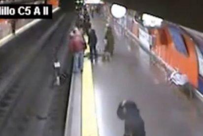 El 'ángel de la guarda' del Metro de Madrid: un policía rescata a una mujer que cayó a la vía