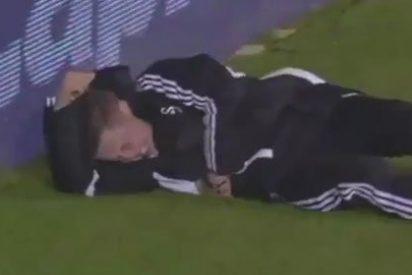 El jugador del Chelsea Hazard se vuelve loco y patea en las costillas a un recogepelotas