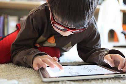 La luz de las tabletas y móviles puede ser dañina para el ojo humano