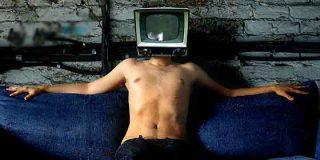 La afluencia a centros comerciales cae un 19% y la audiencia televisiva sube un 29%