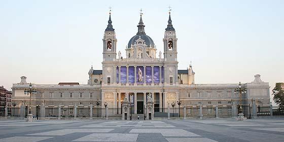 La Policía desactiva una bomba en la catedral de La Almudena de Madrid