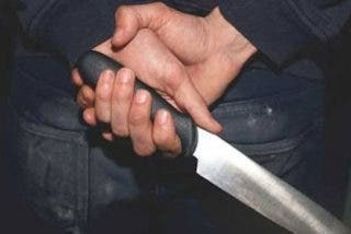 Una mujer acuchilla a su pareja en un ataque de celos y dice que la herida se la hizo él cortando un pollo