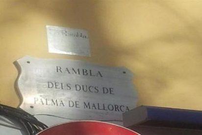 El Ayuntamiento refrenda la retirada de la placa de los Duques de Palma de la Rambla