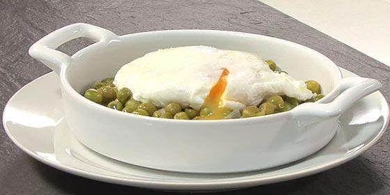 Receta de cocina: Ragout de guisantes con huevo escalfado