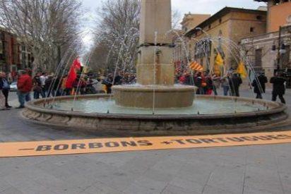 Un grupúsculo se manifiesta para pedir que la plaza Juan Carlos I sea de las Tortugas