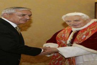 """Presidente de Guatemala: """"El Papa me ha confesado que tomó una decisión muy difícil"""""""