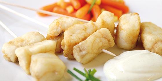 Receta de cocina: Brocheta de pescadilla con salsa de yogur y curry
