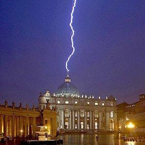 Italia recibe la noticia de la renuncia como el rayo en la cúpula de S.Pedro
