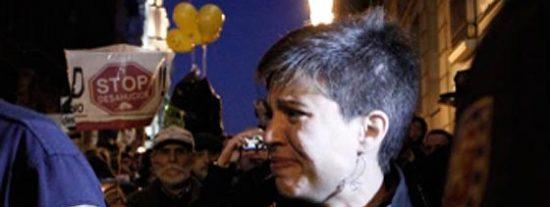 Los antidesahucios abuchean y zarandean a la socialista Beatriz Talegón