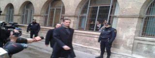 Urdangarin hace el 'paseillo' en los juzgados de Palma asaeteado por periodistas
