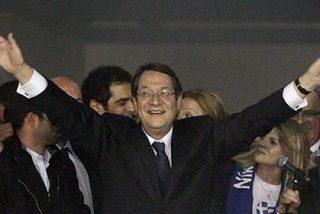 El presidente chipriota solo se baja el sueldo un 25% y sus ministros, el 20%
