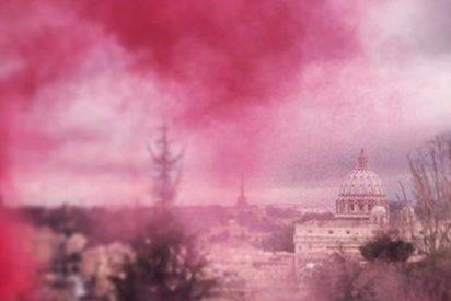 Lanzan bengalas rosas en el Vaticano en favor del sacerdocio femenino
