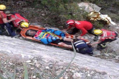 Un ciclista se parte los dos brazos al caerse por un terraplén de diez metros en Pollença