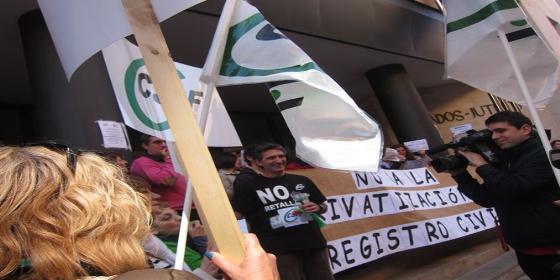Notarios y registradores se embolsarán 234 millones sólo con el certificado de defunción