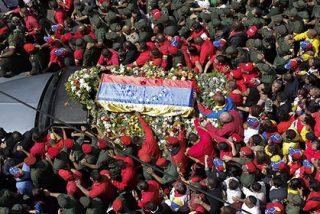 Una inmensa marea roja inunda Caracas patra despedir a Hugo Chávez