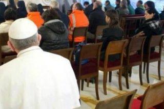 El Papa, en la última fila de la Iglesia