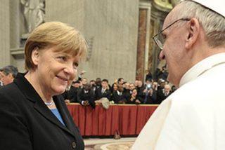 Angela Merkel se salta el protocolo Vaticano: sin velo y con pantalones