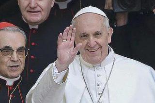 Un Papa llamado Francisco que rompe moldes: va en microbús y paga sus facturas