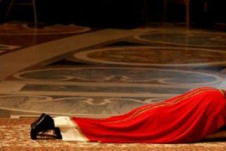 Francisco preside su primera celebración de la pasión del Señor en San Pedro