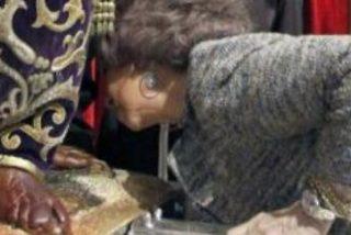 La Reina Sofía se da un baño de masas y es aclamada en su visita al Cristo de Medinaceli