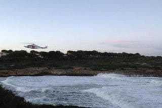 Un buzo aficionado y la Guardia Civil hallan a los dos jóvenes que se tragó una ola