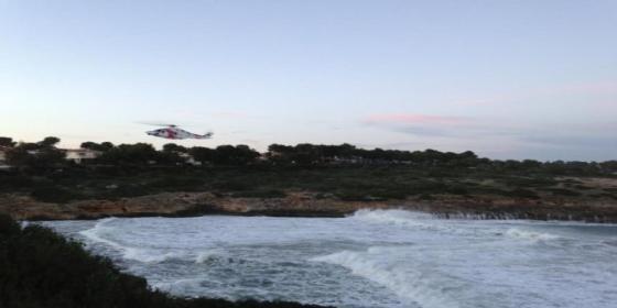 Buscan por tierra, mar y aire a dos jóvenes que se tragó una ola gigante en Cala Mendia