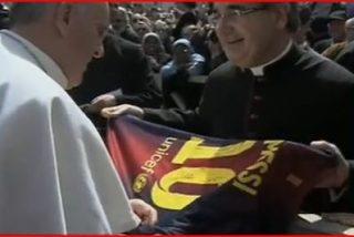 Francisco recibe una camiseta del Barça firmada por Messi