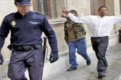 Le dan clases de karate en la cárcel, sale y le rompe la tráquea a un policial local