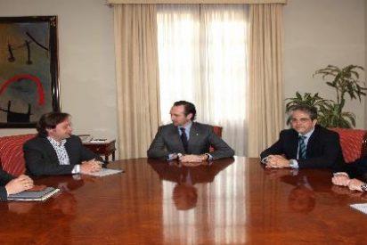 Bauzá promete a Círculo Balear que los libros de texto estarán pronto en balear