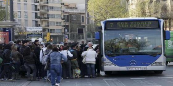 Una mujer rompe de una patada el cristal de un bus y le condenan a pagar 1.631 euros