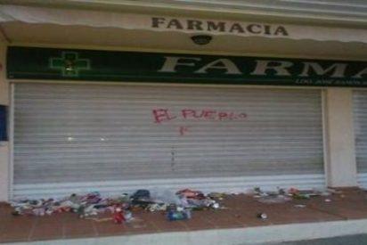 La farmacia de Bauzá amanece llena de basura por obra y gracia de 'El Pueblo'