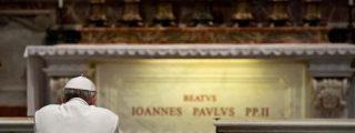 Francisco oró ante la tumba de Juan Pablo II en el aniversario de su muerte