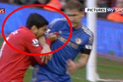 Luis Suárez pega un mordisco a Ivanovic en medio del Liverpool-Chelsea